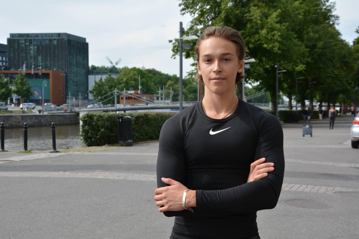 Turkulainen lukiolainen Leevi Iljamo seisoo Turussa Aurajoen rannalla.