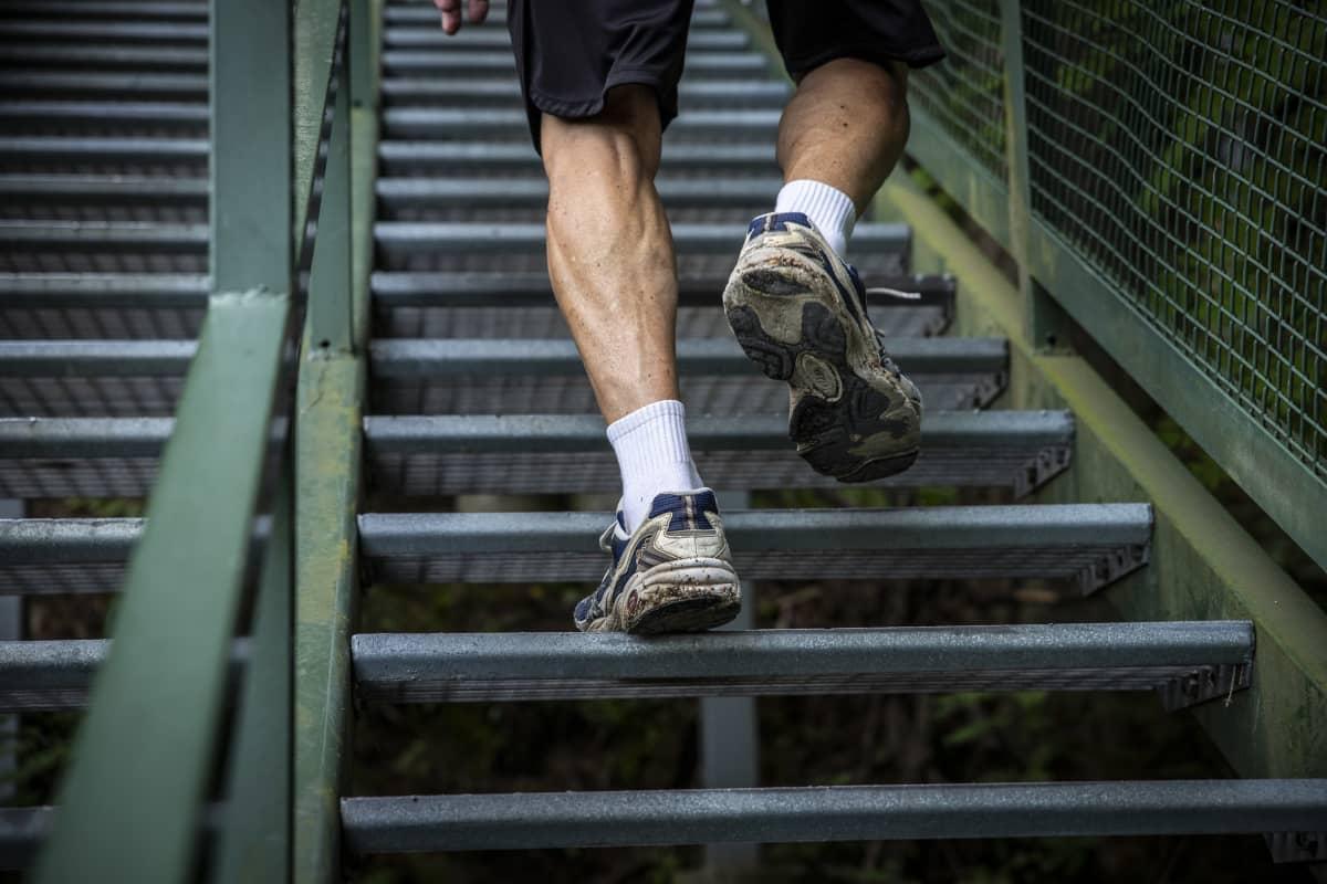 Kuopiolainen 86-vuotias Alpo Ojapelto juoksee Puijontornin portaita
