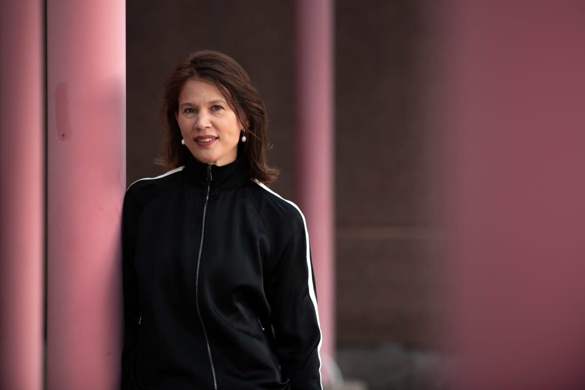 Elina Pylkkänen nojaa punaiseen pylvääseen.