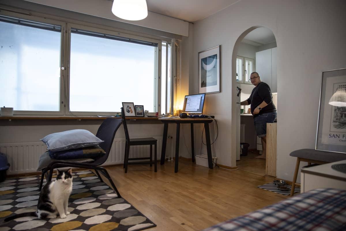 Benjamin Molini kotonaan Haagassa. Asunnon ikkunoista ei näy ulos eikä niitä saa auki, sillä talossa on käynnissä suuri julkisivuremontti.