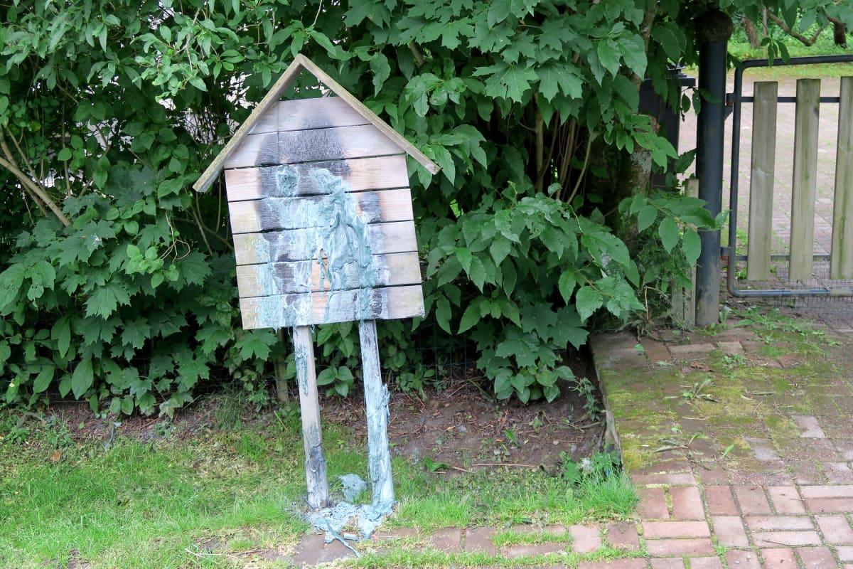 Naapurin palanut postilaatikko
