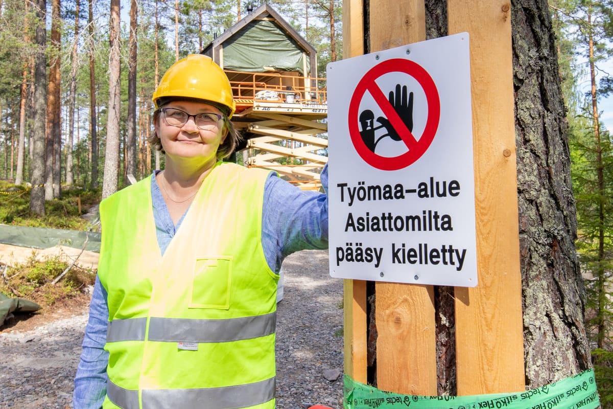 Minna Kainulainen poseeraa Niliaitan työmaalla.