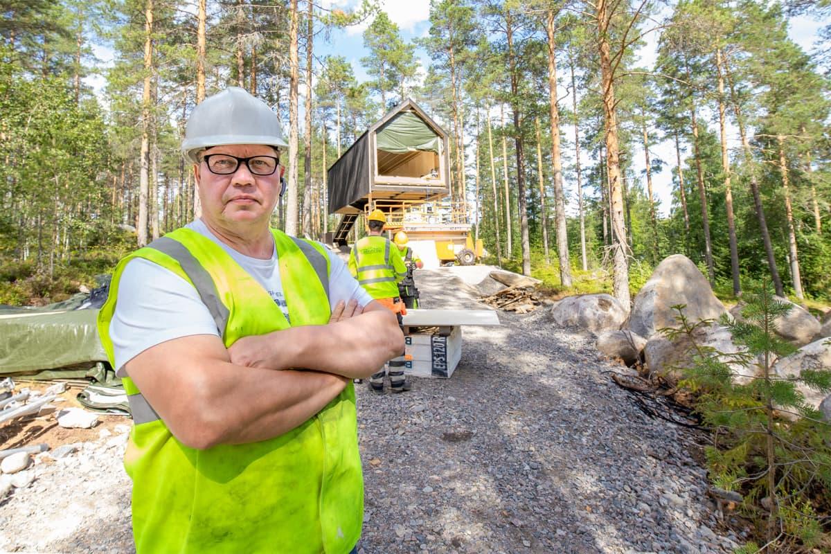 Jukka Hertteli poseeraa Niliaitan rakennustyömaalla.