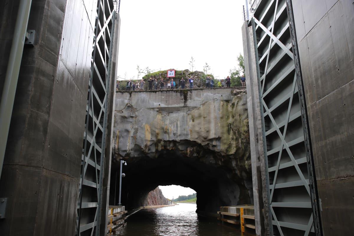 Kimolan kanavan sulusta näkymä tunneliin alaportti avautuneena.