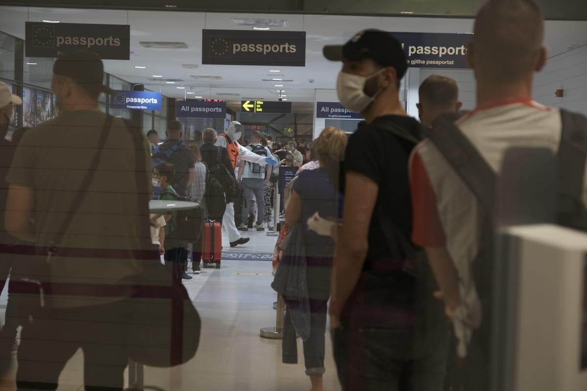 Matkustajia Turun lentoasemalla 11.8.2020.