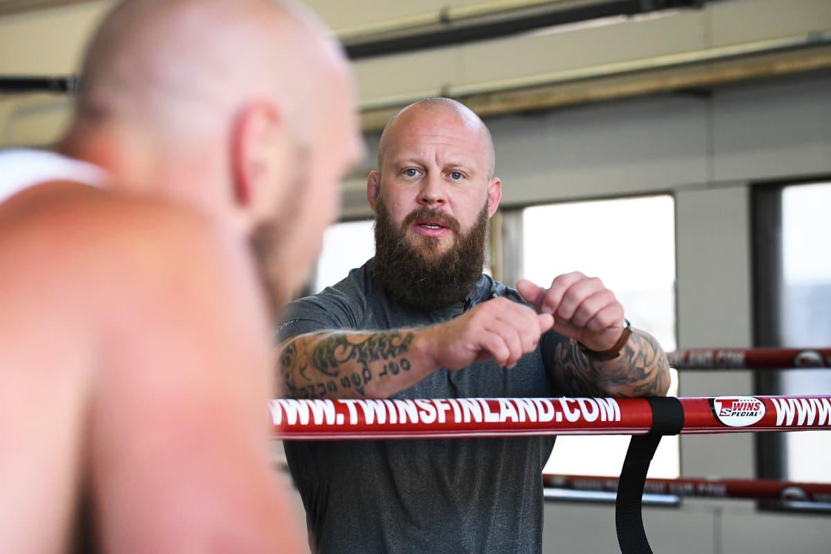 Robert Helenius tränare Johan Lindström ger sin adept råd.