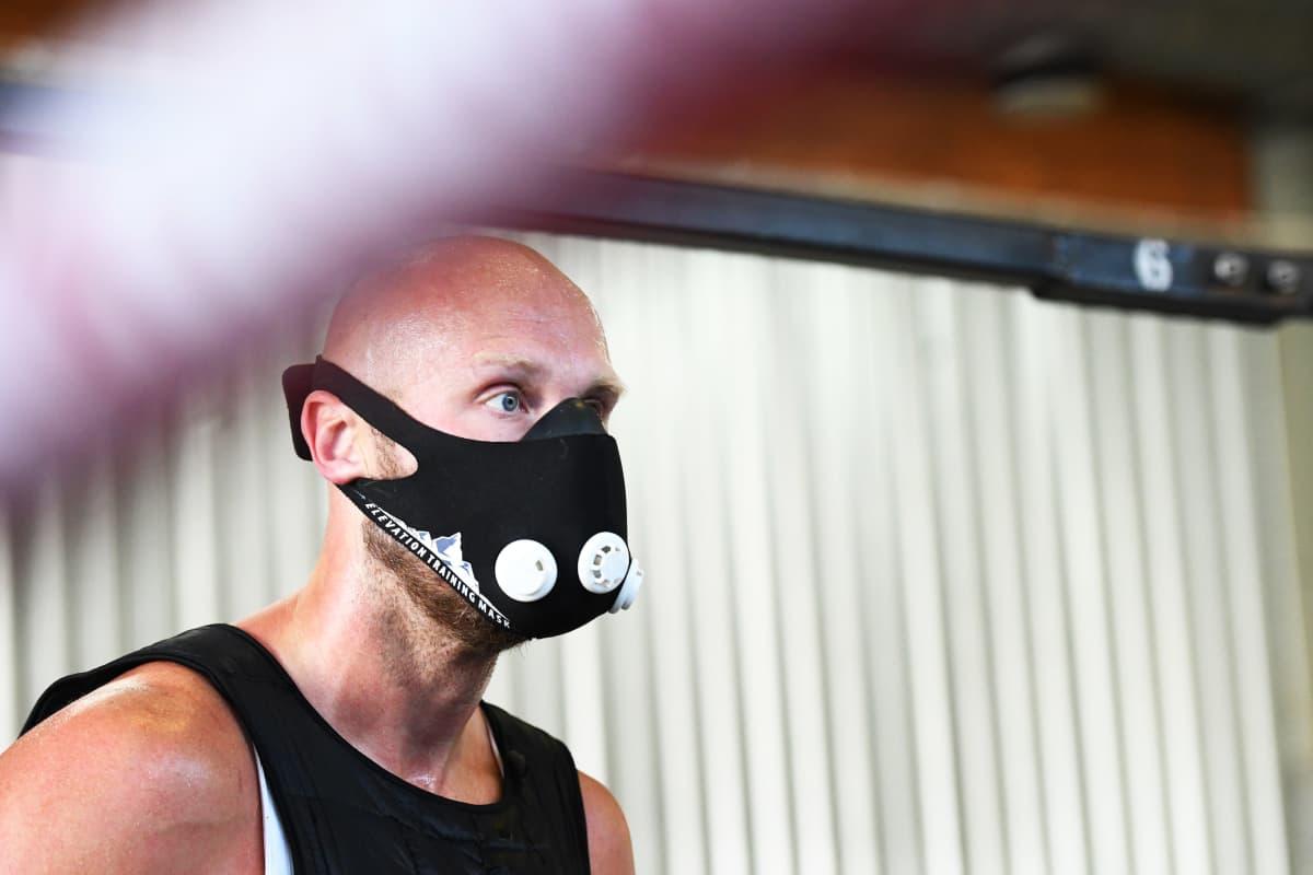 Robert Helenius med en andingsmask i boxningsringen.
