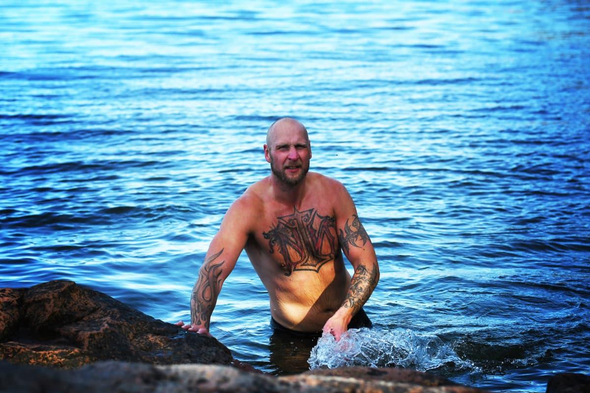 Robert Helenius badar på Åland.