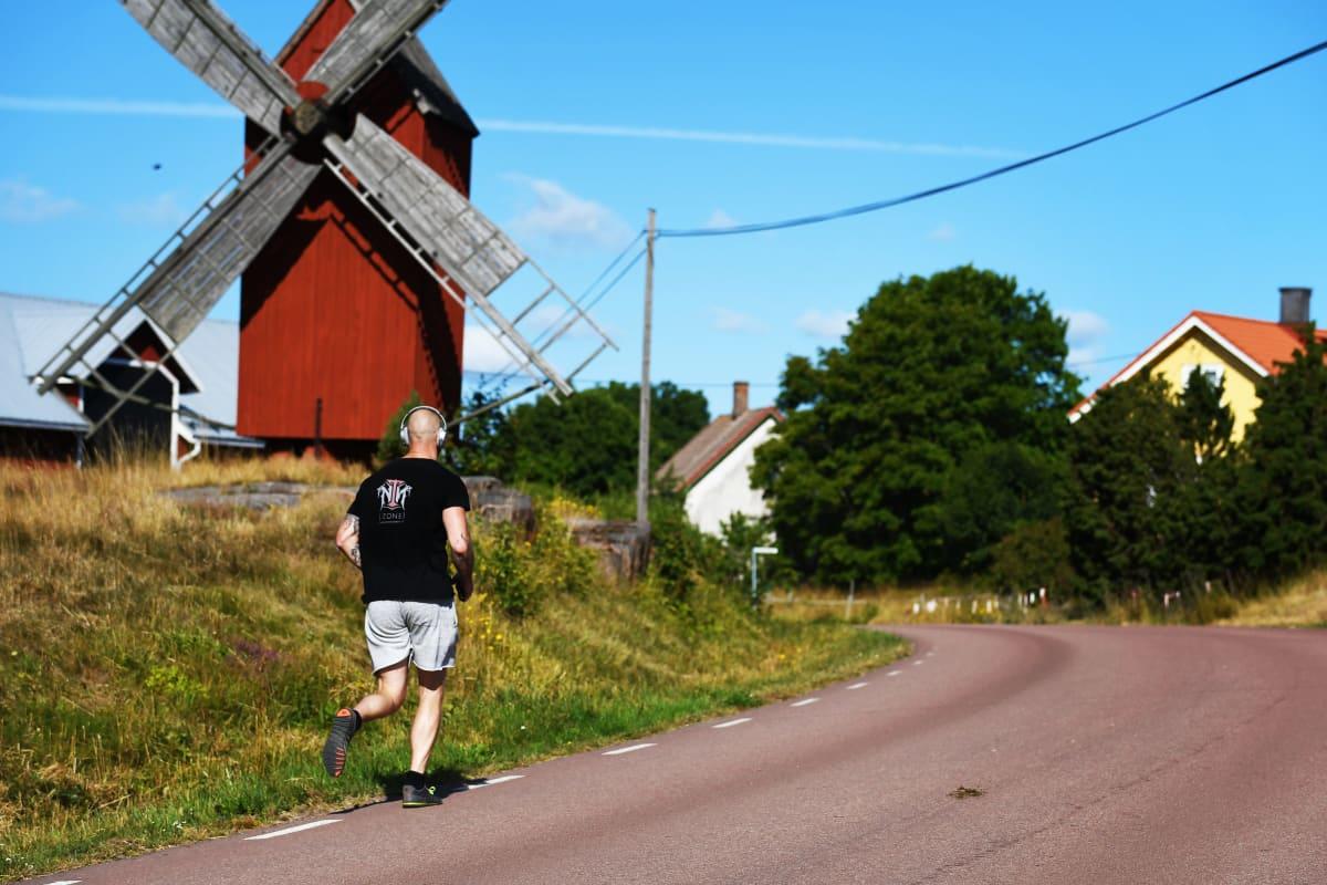 Robert Helenius löper i Lumparland på Åland.