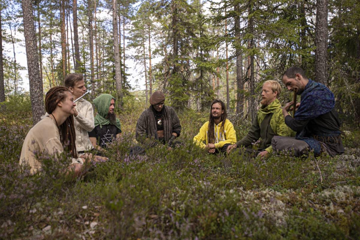 Rainbow-yhteisön leiriläiset soittavat ja jammailevat metsässä