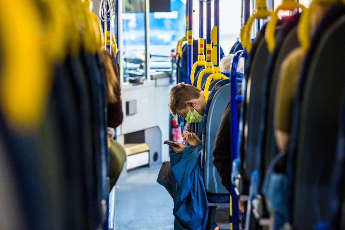Mies käytti kasvomaskia bussissa ensimmäisenä suosituspäivänä 14. elokuuta.