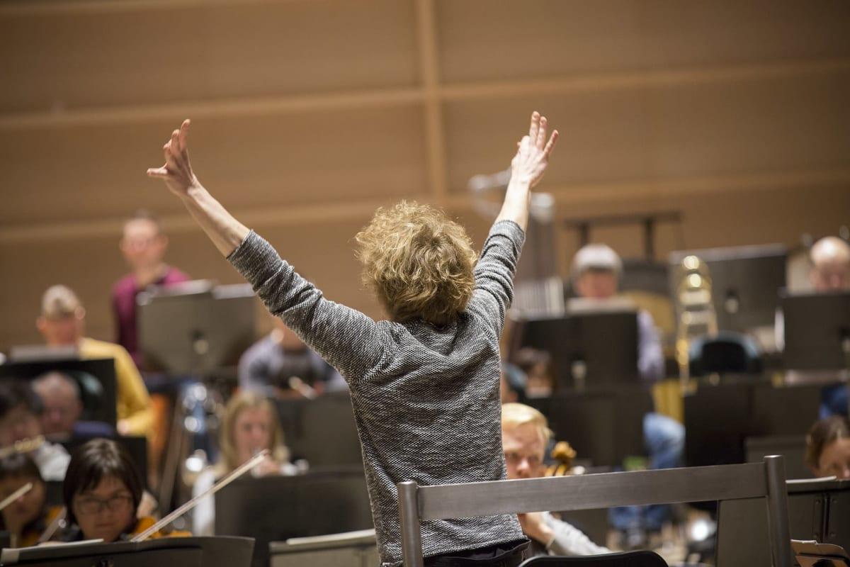 Santtu-Matias Rouvali johtaa orkesteriaan