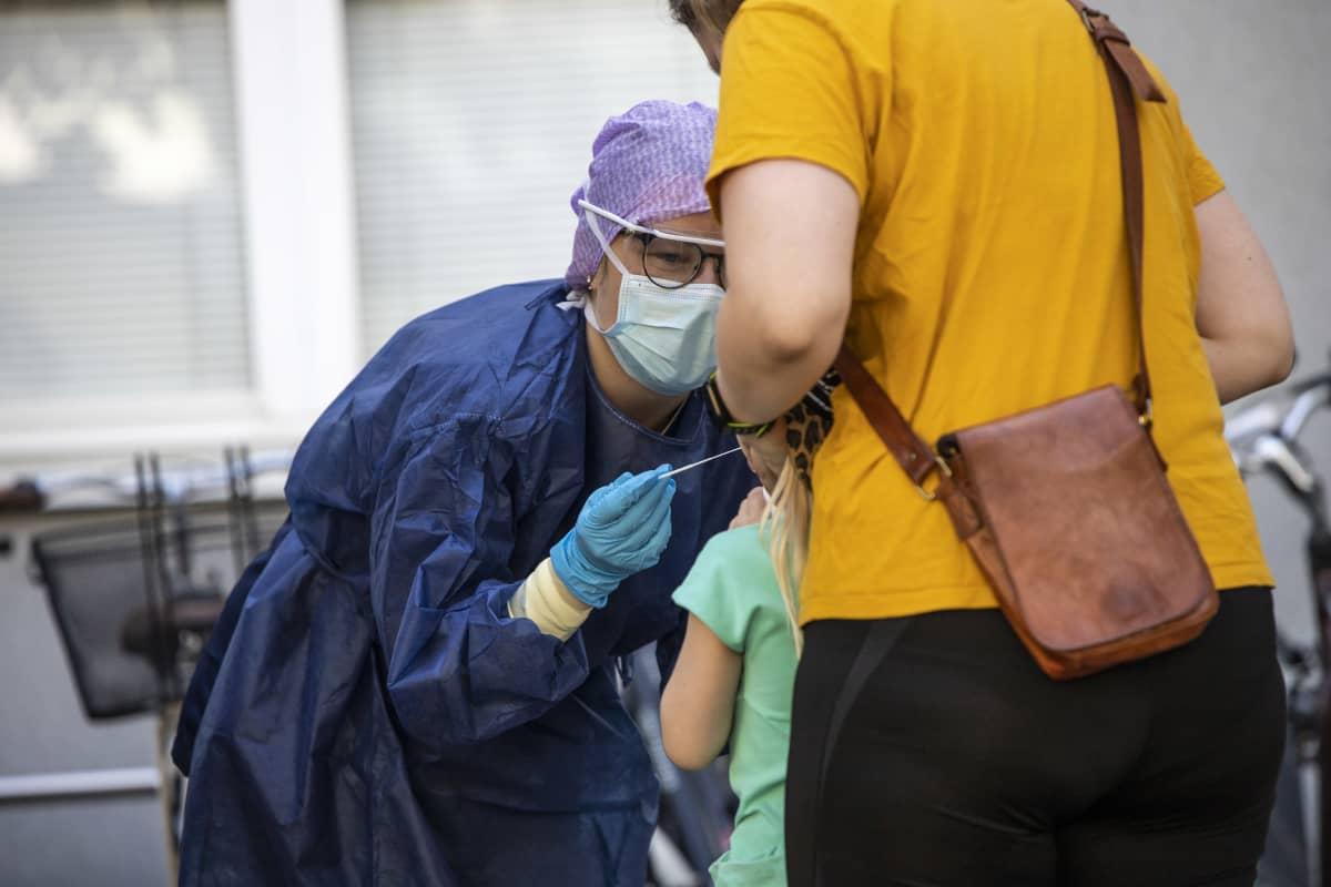 Koronaviruksen testausta kuopion päälääkäriaseman edustalla