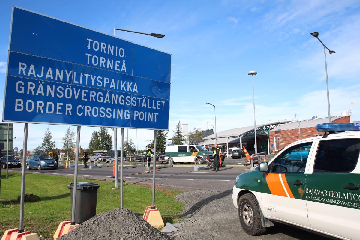 Rajavartiolaitoksen auto Suomen ja Ruotsin rajalla Torniossa.
