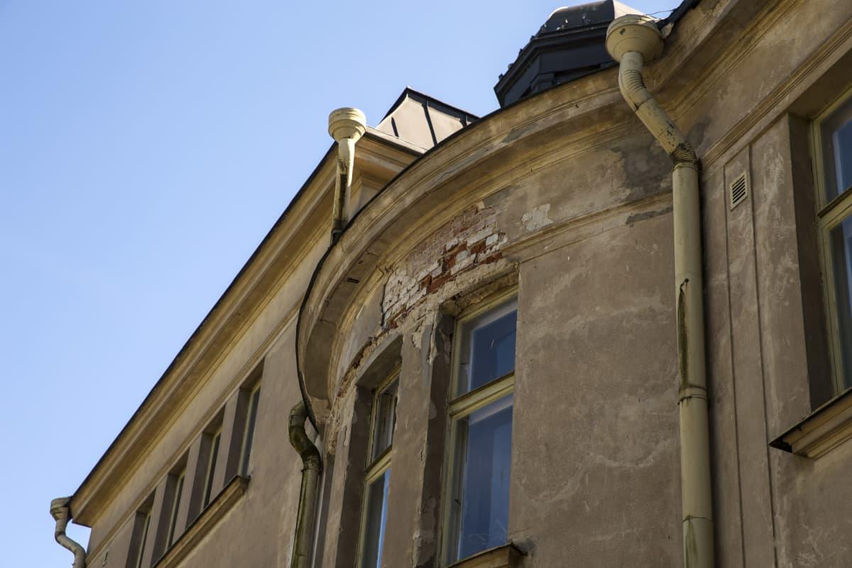 Nikkilän sairaalan vanha hallintorakennus.  Ikkunan yläpuolelta on karissut rappausta pois, alta näkyy tiiliä.