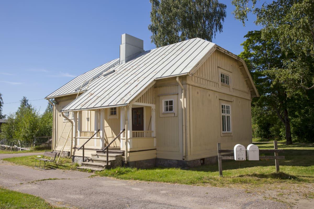 Puutarhurin talona tunnettu rakennus Nikkilän sairaalan alueella.