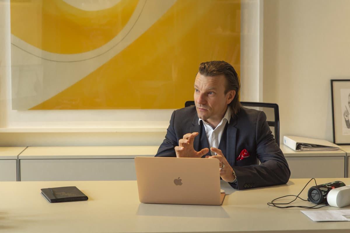 Aurora Studiosin toimitusjohtaja Antti Toiviainen työpöytänsä ääressä