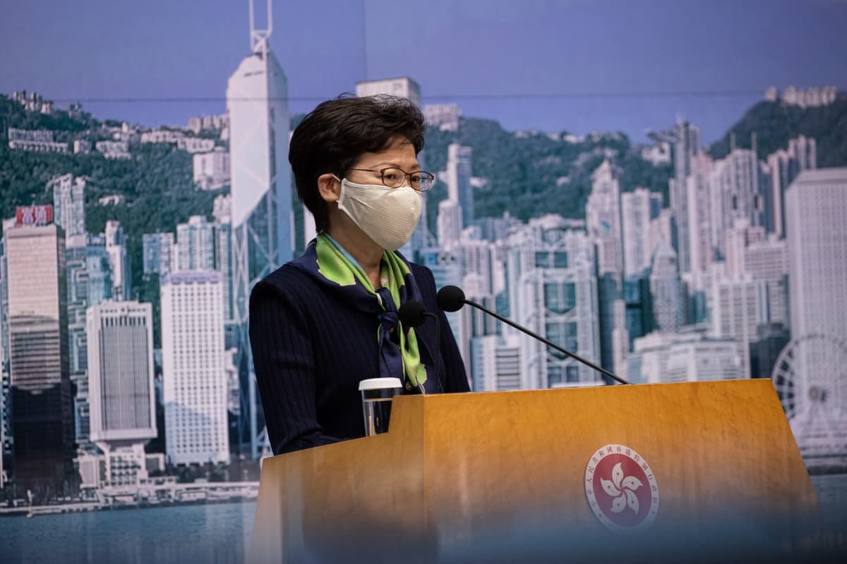 Hongkongin aluejohtaja Carrie Lam puhujakorokkeella.