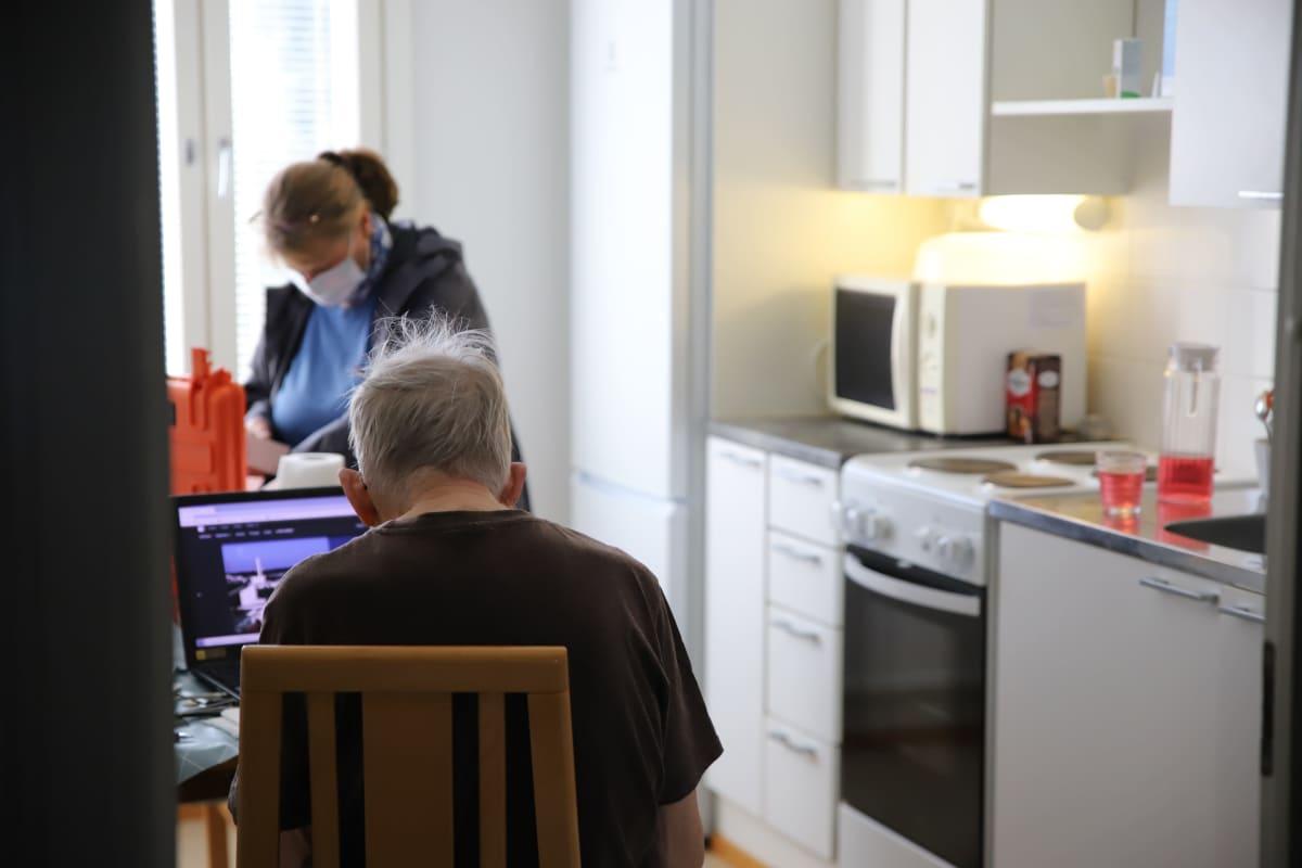 Perushoitaja Minna Kumpumäki kotihoitokäynnillä asiakkaan luona Kotkassa.