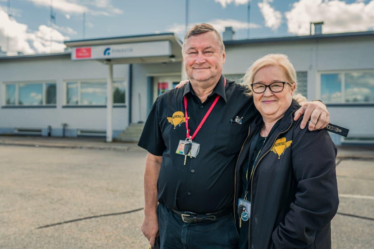 Markku ja Seija Sipinen poseeraavat Jyväskylän lentokentän vanhan terminaalin edessä.
