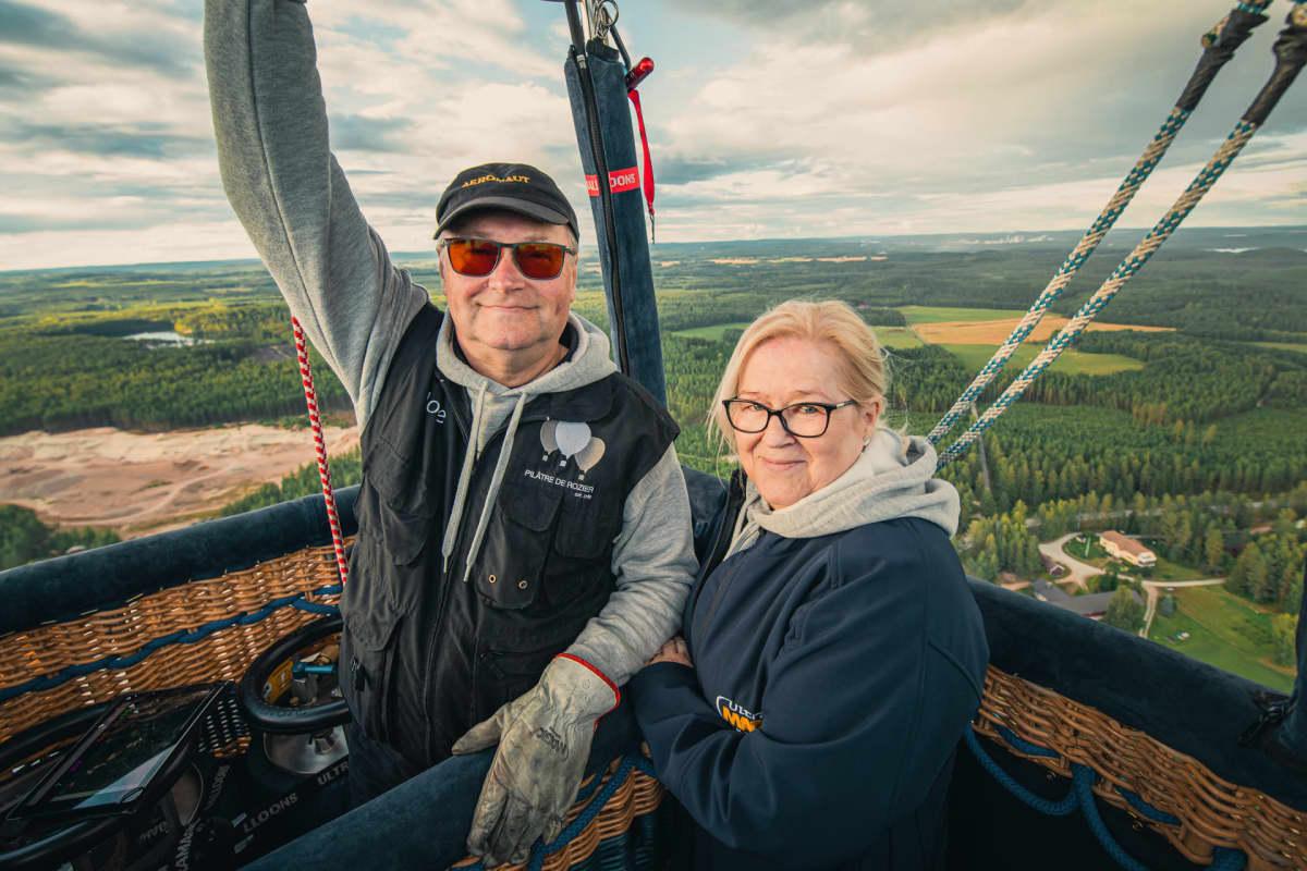 Markku ja Seija Sipinen poseeraavat kameralle kuumailmapallossa
