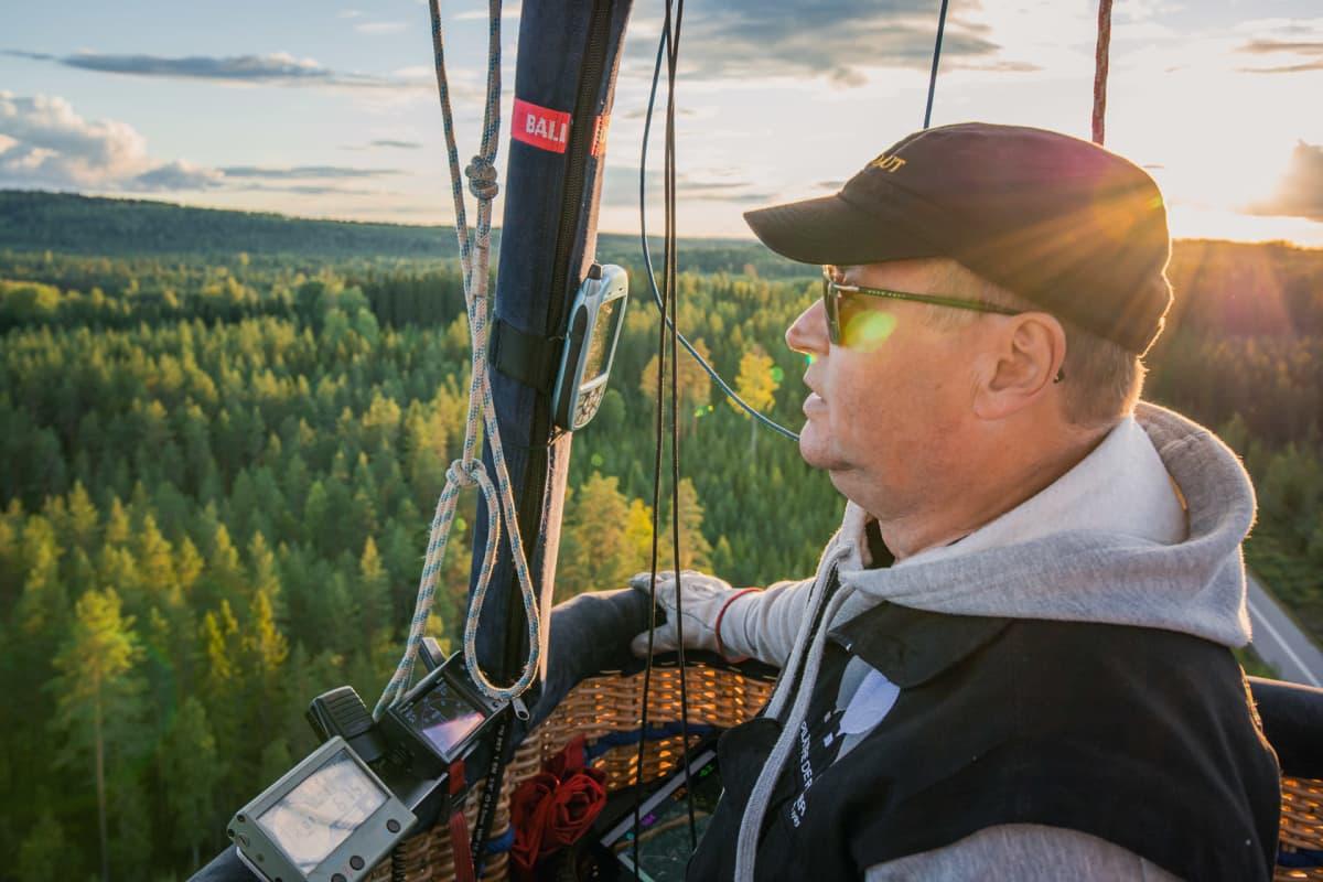 Markku Sipinen lentä kuumailmapalloa
