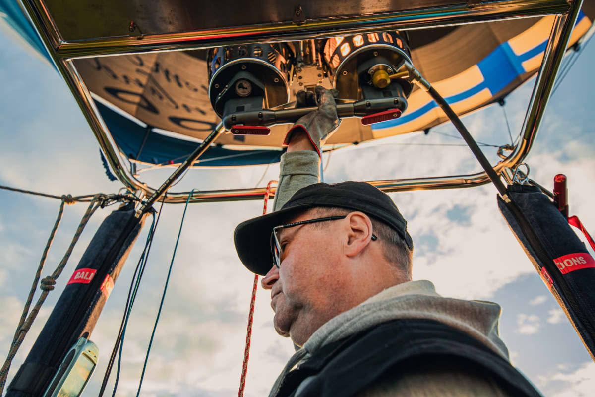 Markku Sipinen lentää kuumailmapalloa.