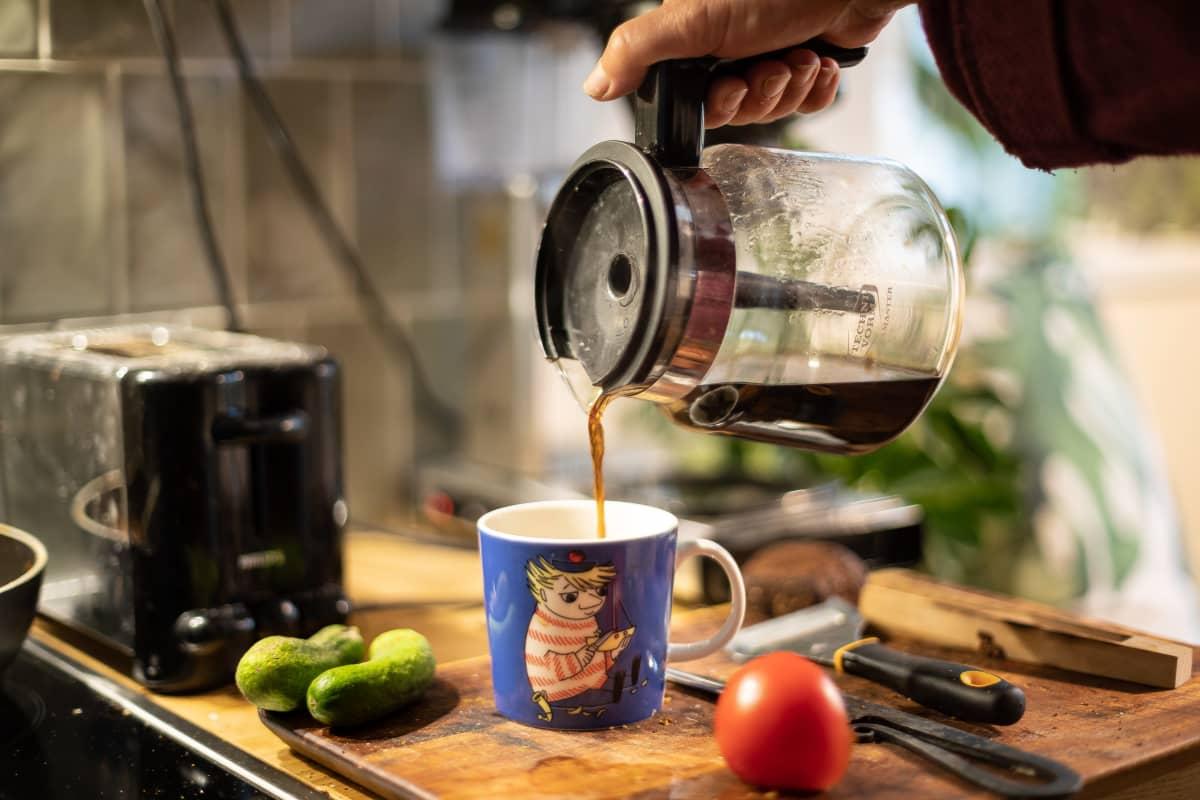 kahvia kaadetaan muumimukiin
