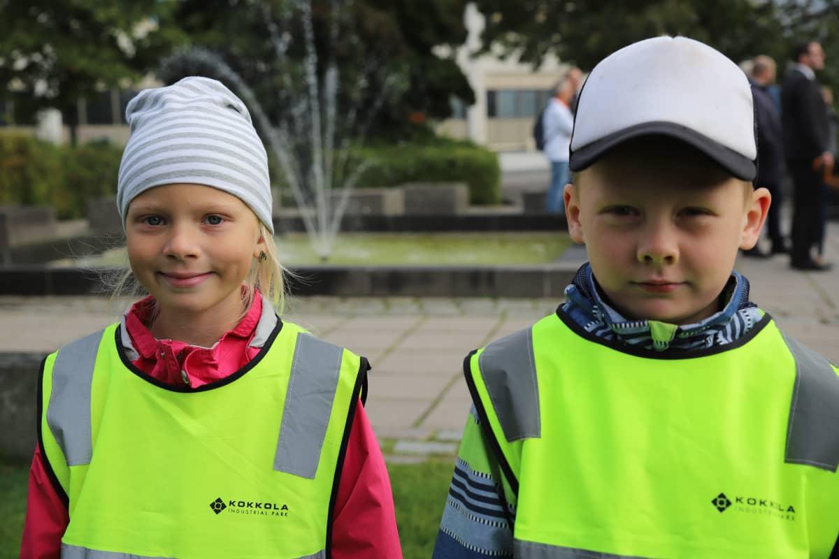Erin Varila ja Matias Rantala seisovat Kokkolan torilla