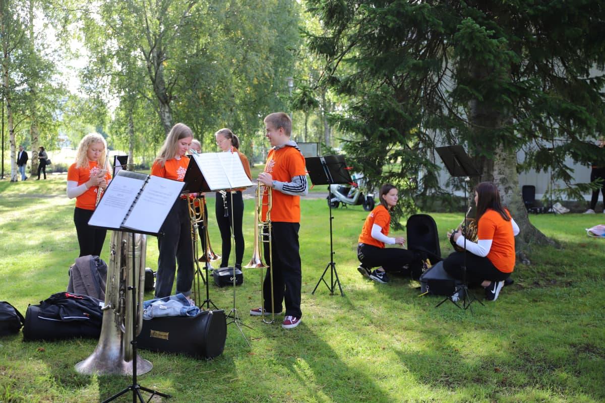 Kokkolan nuorisosoittokunta valmistautuu esitykseen puistossa