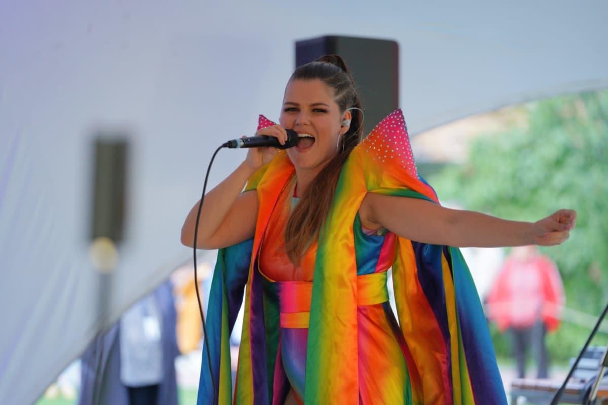 Saara Aalto esiintyi Pride-avajaisissa