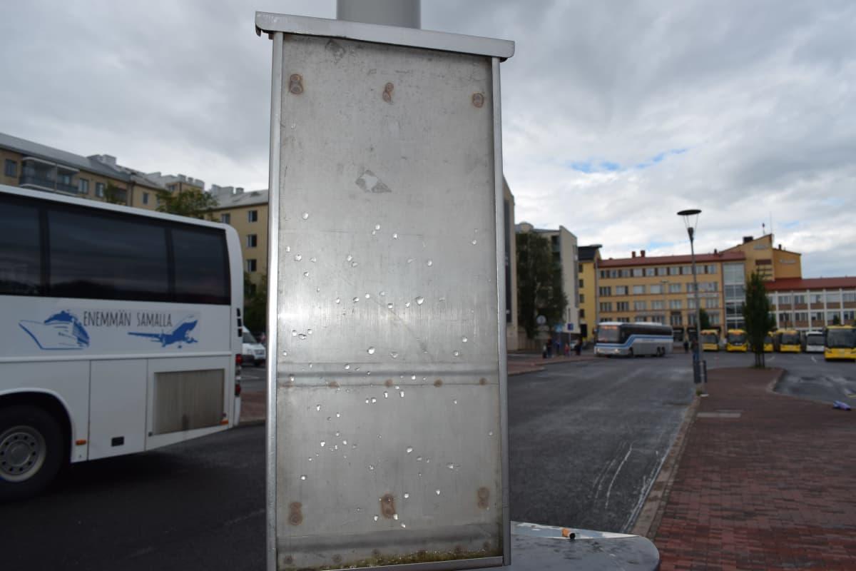 Tyhjä aikataulukehys Turun linja-autoasemalla.