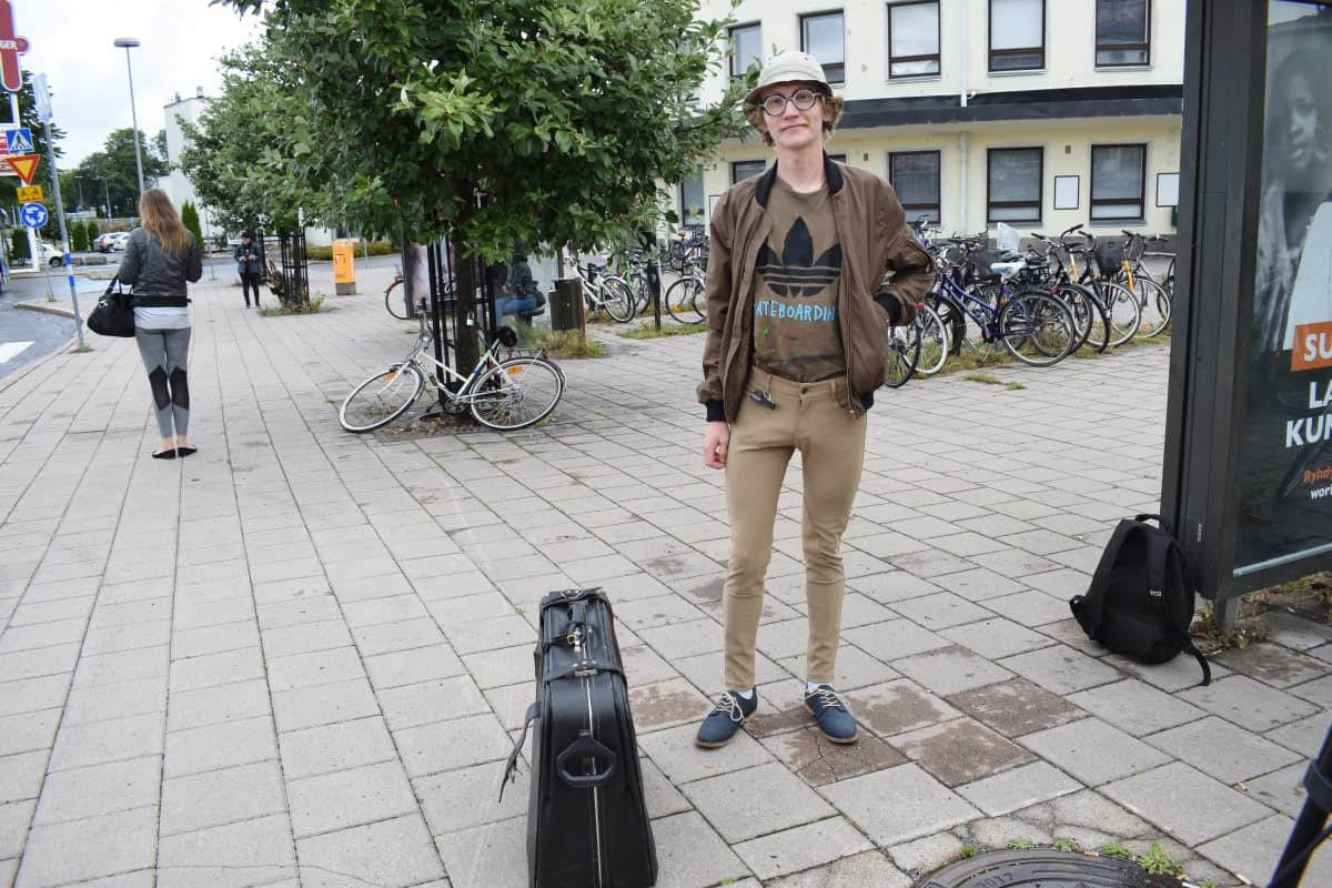 Linja-automatkustaja Sammeli Saarinen Turun linja-autoseasemalla.
