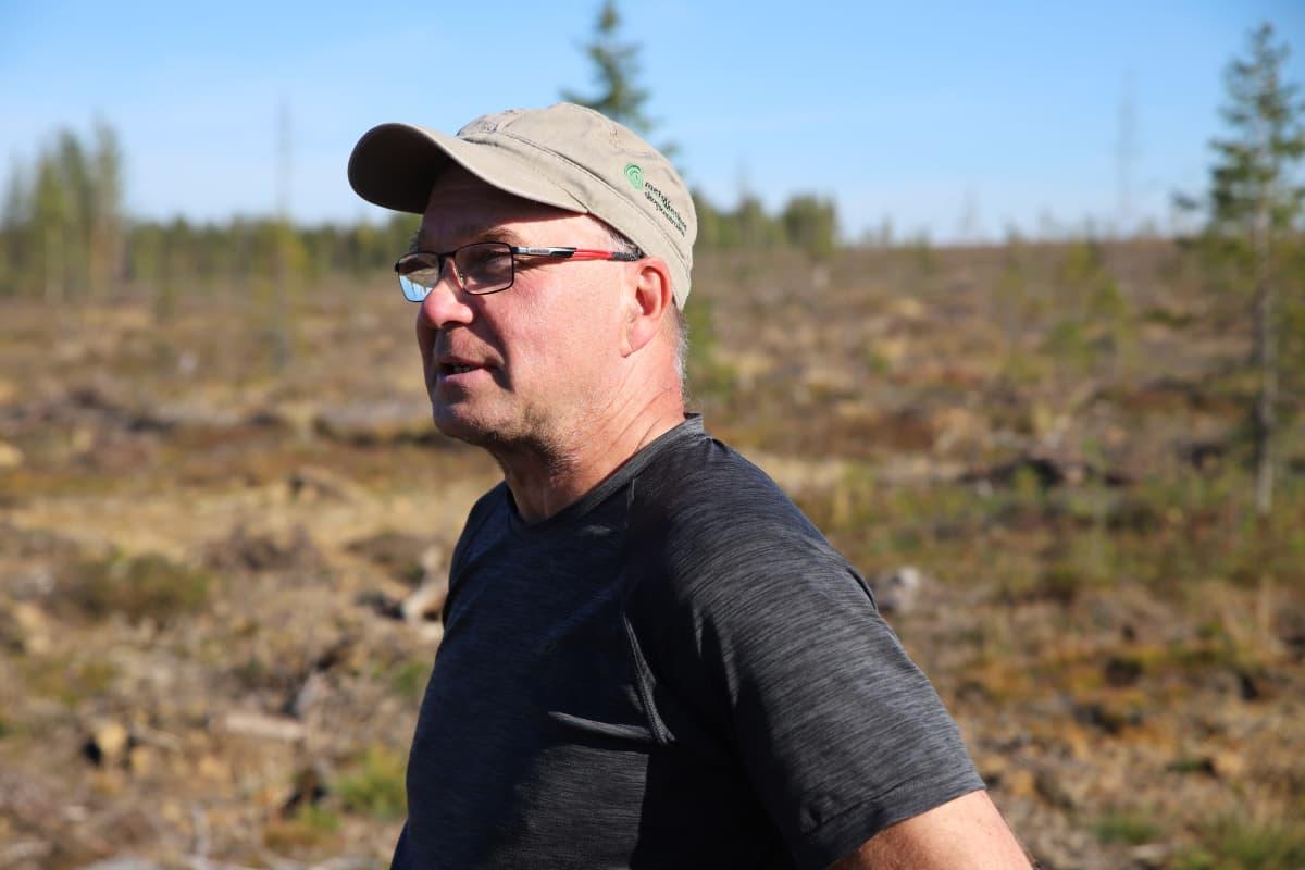 Metsäkeskusken metsäneuvoja Heikki Okkonen Savukoskella