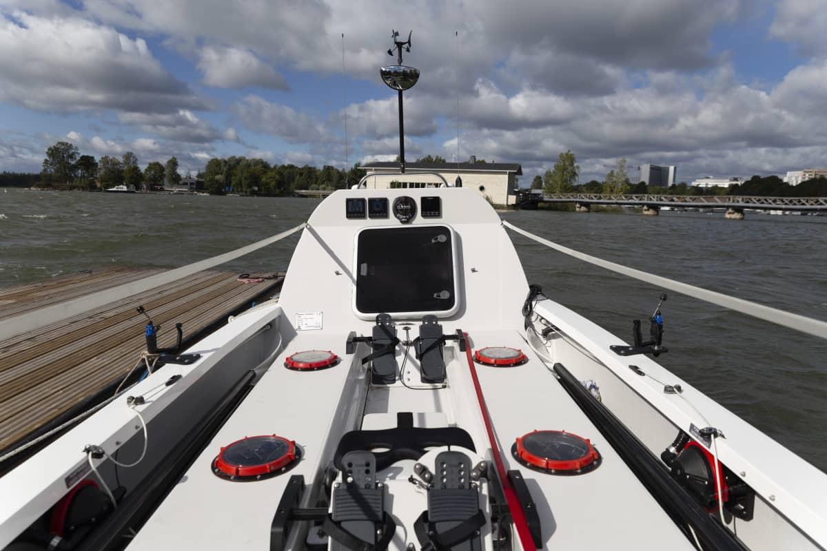 Atlantin ylisoutuun valmistettu vene keulasta katsottuna.