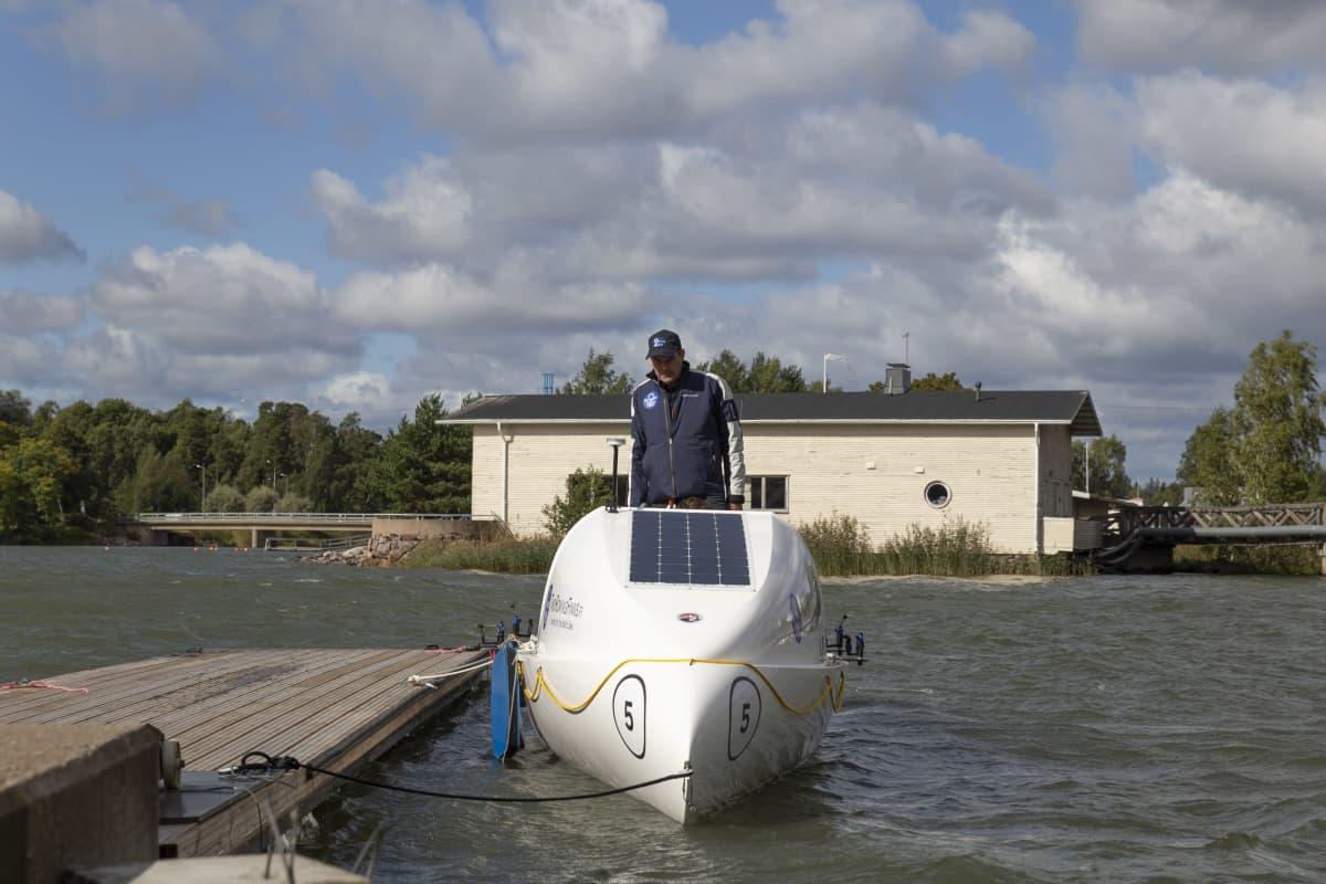 Jolle Blässar soutuveneessä, jolla hän aikoo ylittää Atlantin valtameren yhdessä Markus Mustelinin kanssa.