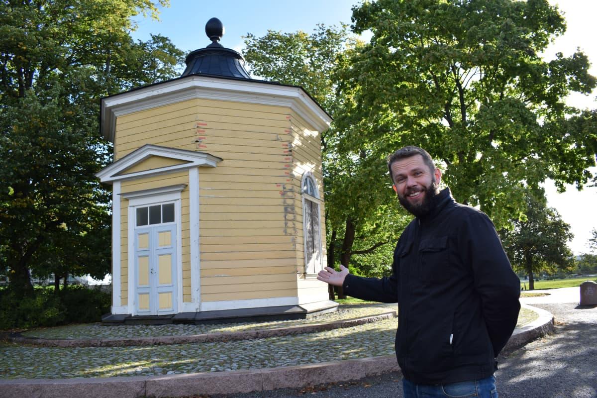 Väitöstutkija John Björkman Kupittaan lähteellä.