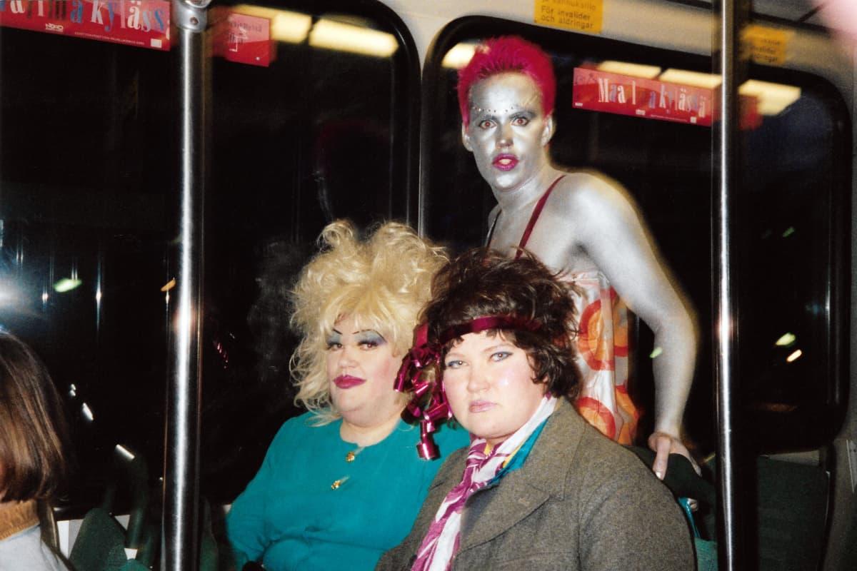 Juhlijoita matkalla raitiovaunussa.