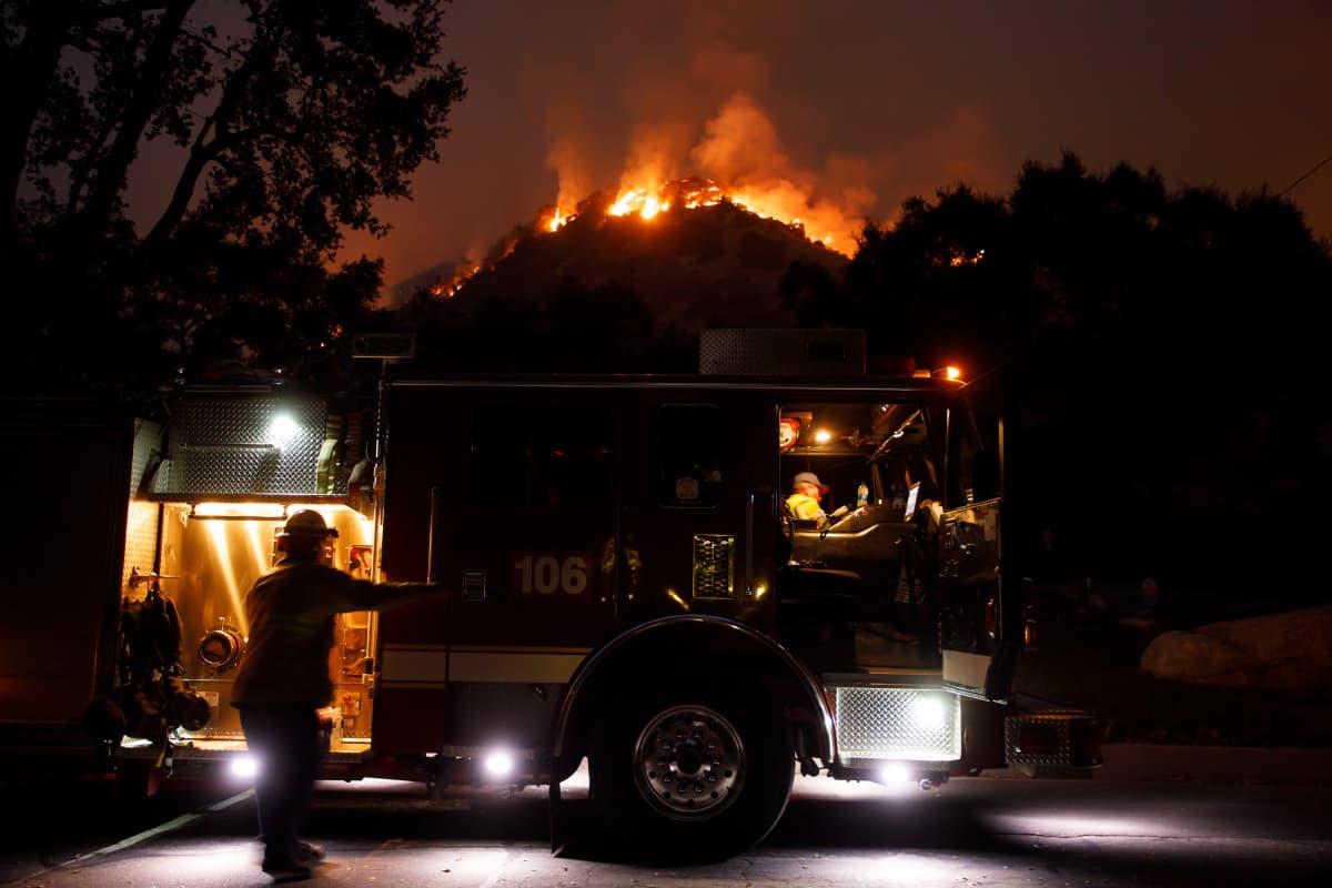 Palomiehet taltuttivat viime yönä paloa Monrovissa, Kaliforniassa.