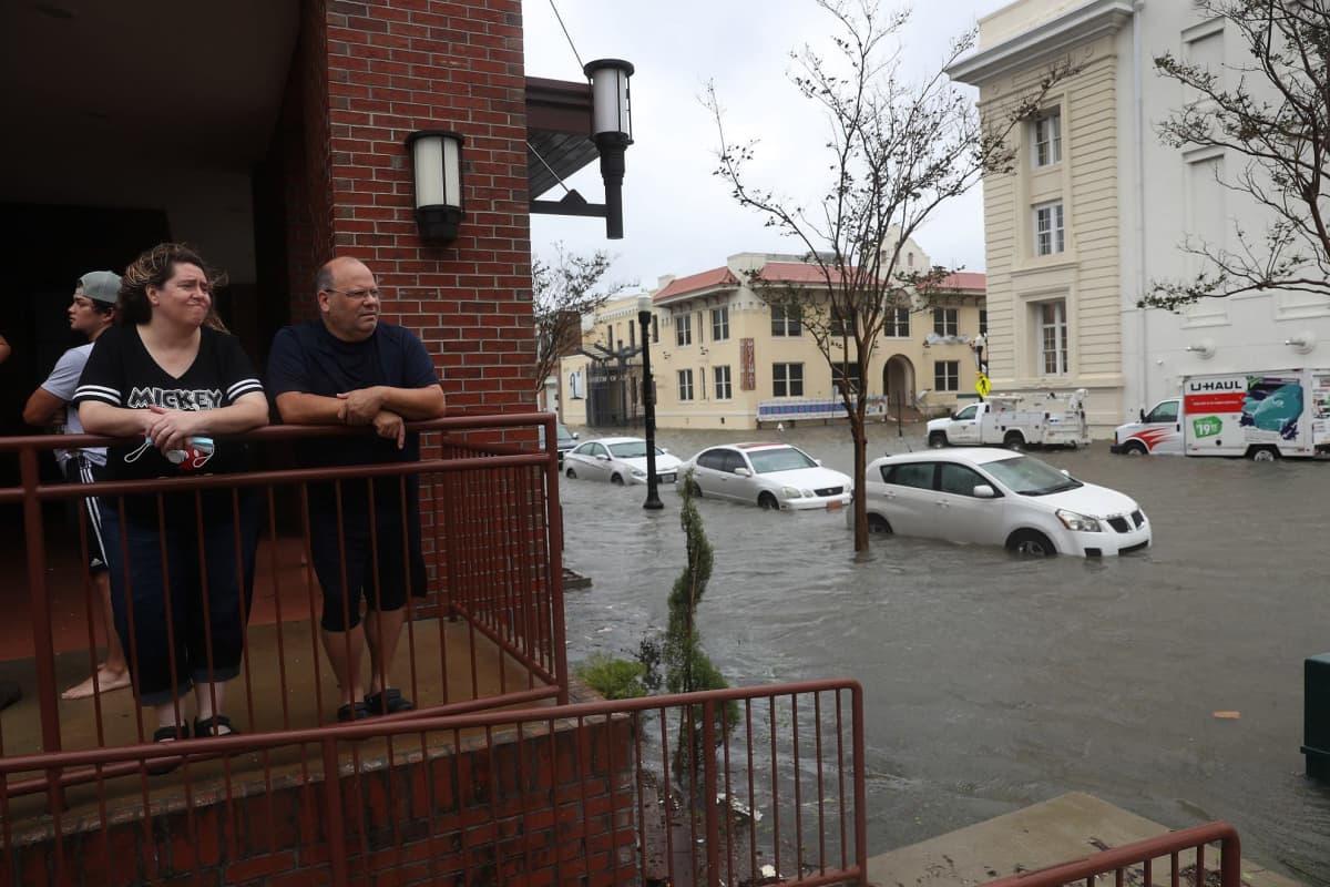 Pariskunta katsoo hotelliltaan tulvatuhoja Floridan Pensacolassa.
