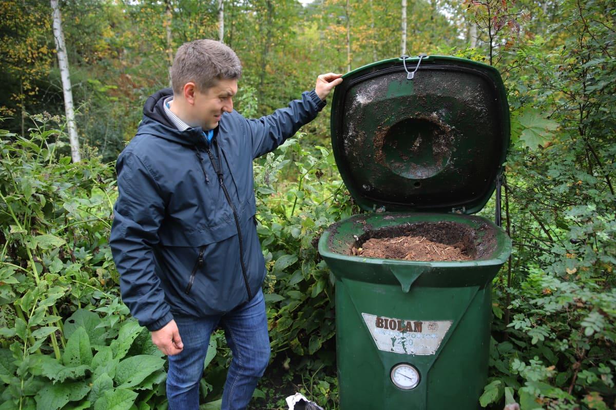 Kotkalainen Raimo Markus ja hänen pikakompostori, jossa on kariketta biojätteen päällä.