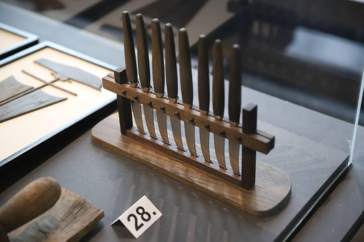 Hedelmäveitsiteline St. Nikolain tammea - esineitä ja tarinoita Ruotsinsalmesta -näyttelyssä.