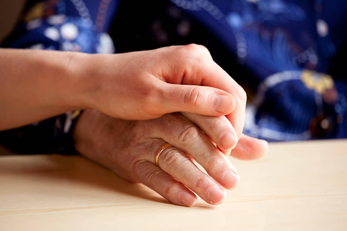 Två händer som håller i varandra.