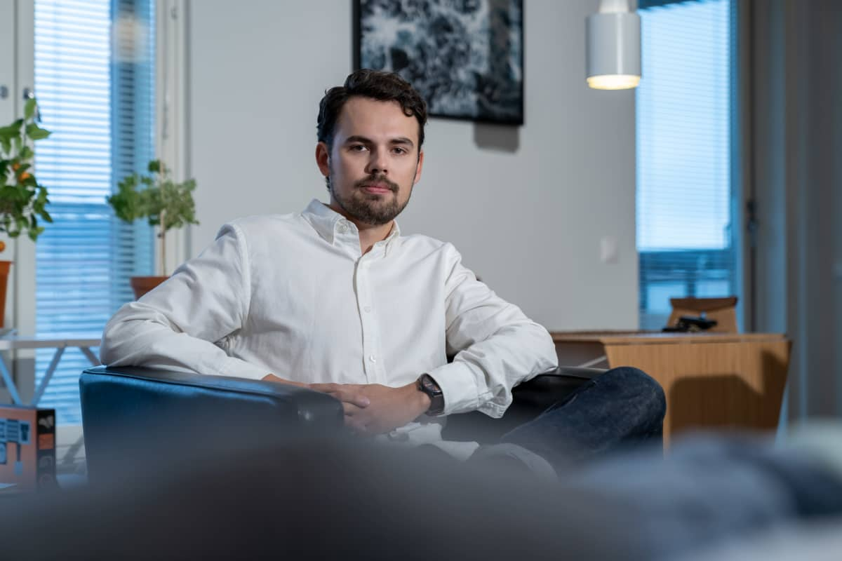 Teollinen muotoilija Joonas Kyöstilä kotonaan, Helsinki, 29.9.2020.