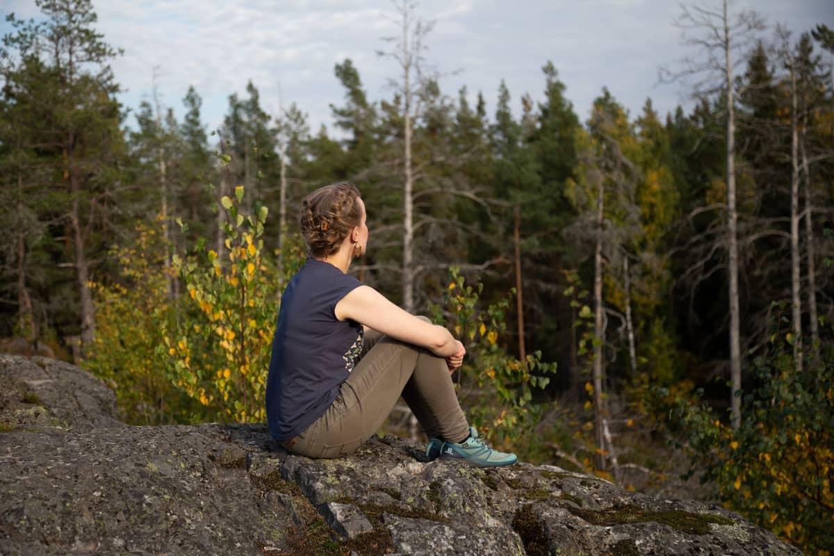 Tietokirjailija ja eläinaktivisti Mia Takula Paloheinän Haltiavuorella.