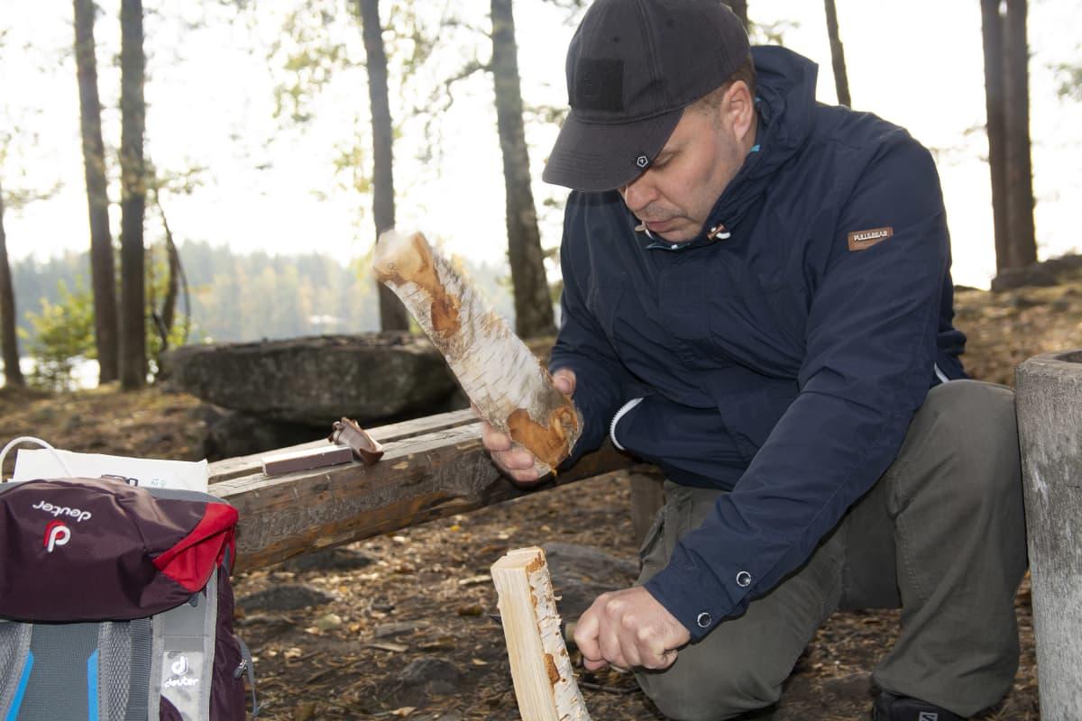Heidi Koivusen mies Rauno pilkkoo puita