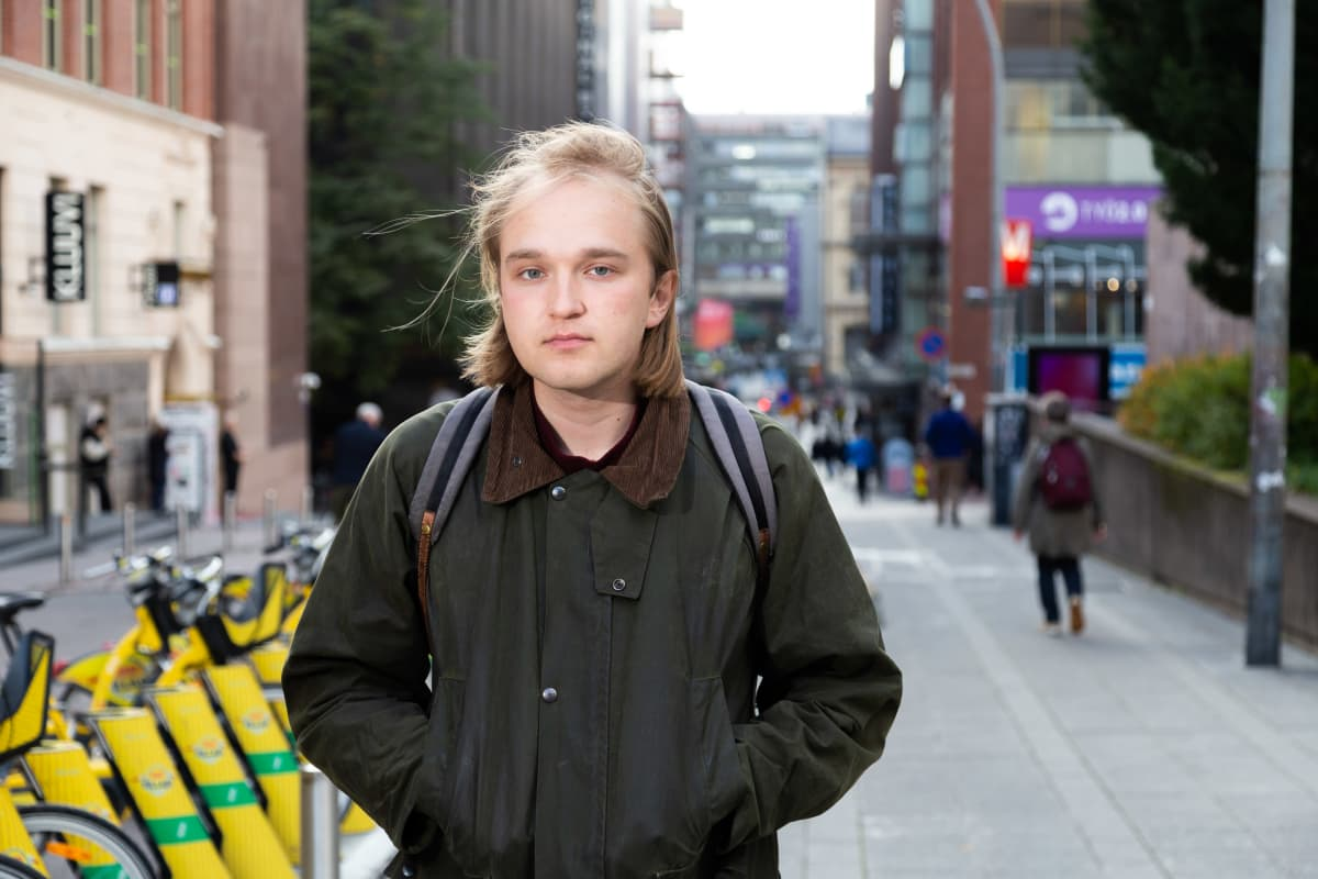 Opiskelija Henrik Seppänen Porthanian edustalla.