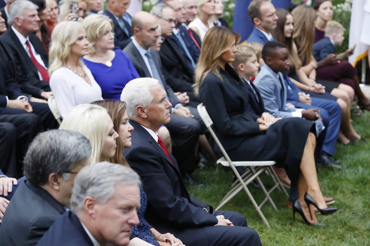 Ihmiset seurasivat Trumpin korkeimman oikeuden tuomariehdokkaan julkistamisseremoniaa Valkoisessa talossa viime lauantaina.
