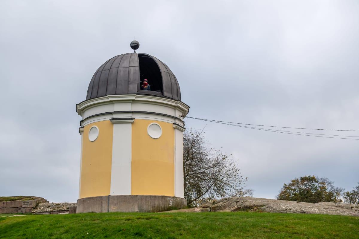Tähtiharrastaja Jonna Rintämäki Kaivopuiston tähtitornissa.
