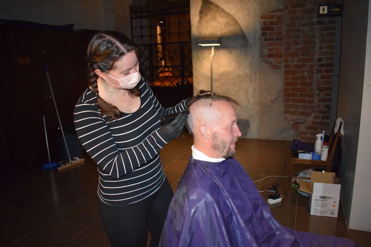 Asunnottomien yössä mies parturissa.